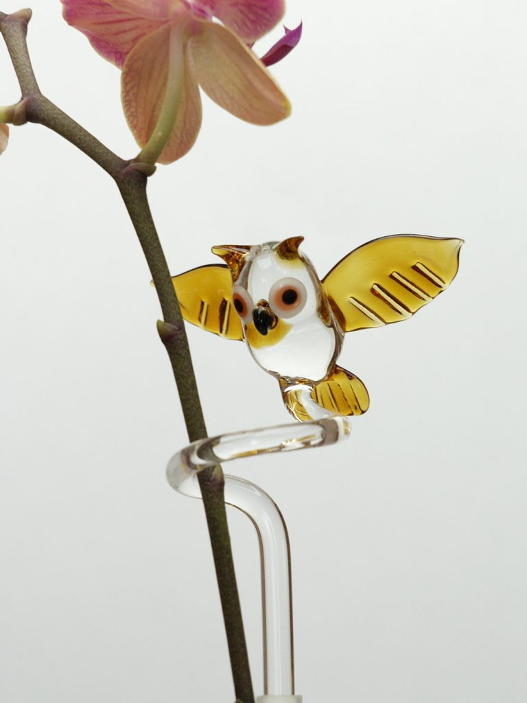 Glas-Orchideenstab mit Eule, fliegend
